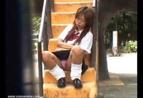 Novinha mostrando mais do que devia na escola Japonesa ninfeta muito gostosa e safada estava com sono na escola porque estava em uma festa na noite anterior e por esse motivo que a novinha mostrando mais do que devia caiu na net, porque em um descuido da garota um macho acabou gravando tudinho enquanto ela não estava vendo nada. A gostosa se sentou na escada na hora do recreio e mesmo tendo 18 anos a buceta dela é muito grande e a todo momento estava sugando a calcinha pra dentro, porque a novinha estava molhadinha e querendo dar. Como ela estava com sono, não percebeu quando os amigos começaram a gravar ela de saia e de pernas abertas, mostrando mais do que devia para os machos. porque a calcinha era quase transparente e dava para ver o cu e a buceta raspada da jovem que estava com muito sono quase dormindo ali mesmo.