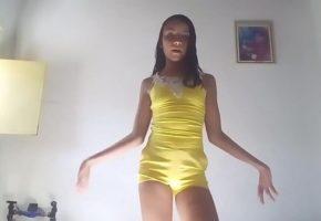 Novinha de 18 anos dançando sem calcinha Ninfeta tarada estava usando um macacão amarelo quando a novinha de 18 resolveu gravar um vídeo onde ela aparece dançando funk e empinando a bunda gostosa, e o tempo todo ela provoca, porque como está sem calcinha por baixo a danadinha ficou ainda mais provocante, sempre se mostrando para a webcam e empinando a bunda bem em cima, mostrando e exibindo uma pata de camelo bem grande que a safadinha tem, e depois de um tempo ela parou e ficou somente se empinando. Conforme a novinha de 18 ia rebolando, a roupa ia entrando cada vez mais dentro do rabo gostoso dela, deixado ela bem provocante e os machos batendo uma punheta nervosa olhando para aquela danadinha que não parava de se exibir, até que depois de um tempo a roupa subiu tanto que ficou toda socada no rabão que ela tem, e era quase transparente.