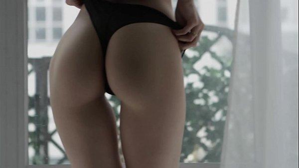 Magrinha sexy puxando a calcinha deixando atolada na ppk