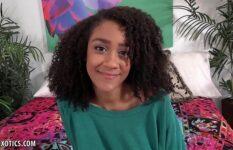 Morena tímida grava seu primeiro vídeo de sexo