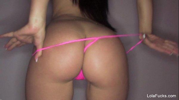 Morena rabuda no strip tease tirando a calcinha