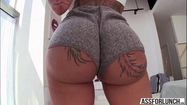 Bunduda tatuada delirando no sexo anal
